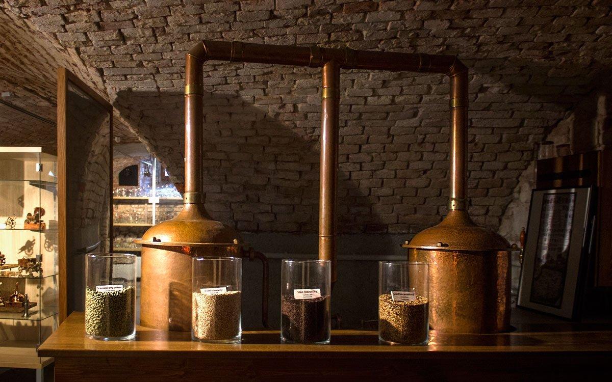 A pokud ani po návštěvě pivovaru nebudete mít piva dost, určitě v Černé Hoře navštivte i muzeum pivovarnictví – nachází se ve sklepních prostorách hotelu Sladovna. Nabízí pohled do historie výroby, uchovávání i konzumace zlatavého moku od dávných časů až po současnost. | © Jaro Dufek