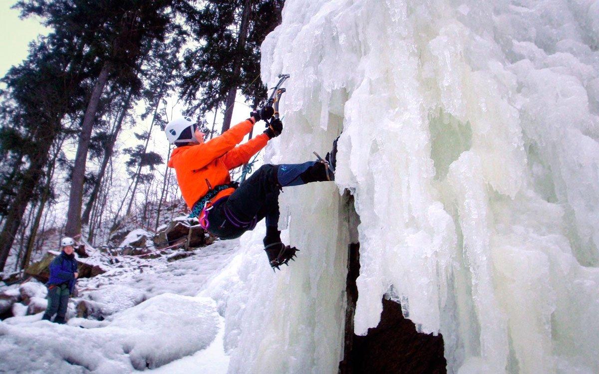 V hlubokém údolí řeky Svratky můžete vyzkoušet svoji fyzickou zdatnost na uměle vytvořeném ledopádu, uznaném i jako cvičný terén české horské služby. Veškeré potřebné vybavení si samozřejmě můžete zapůjčit na místě.   © Tomáš Čihák, z archivu kraje Vysočina