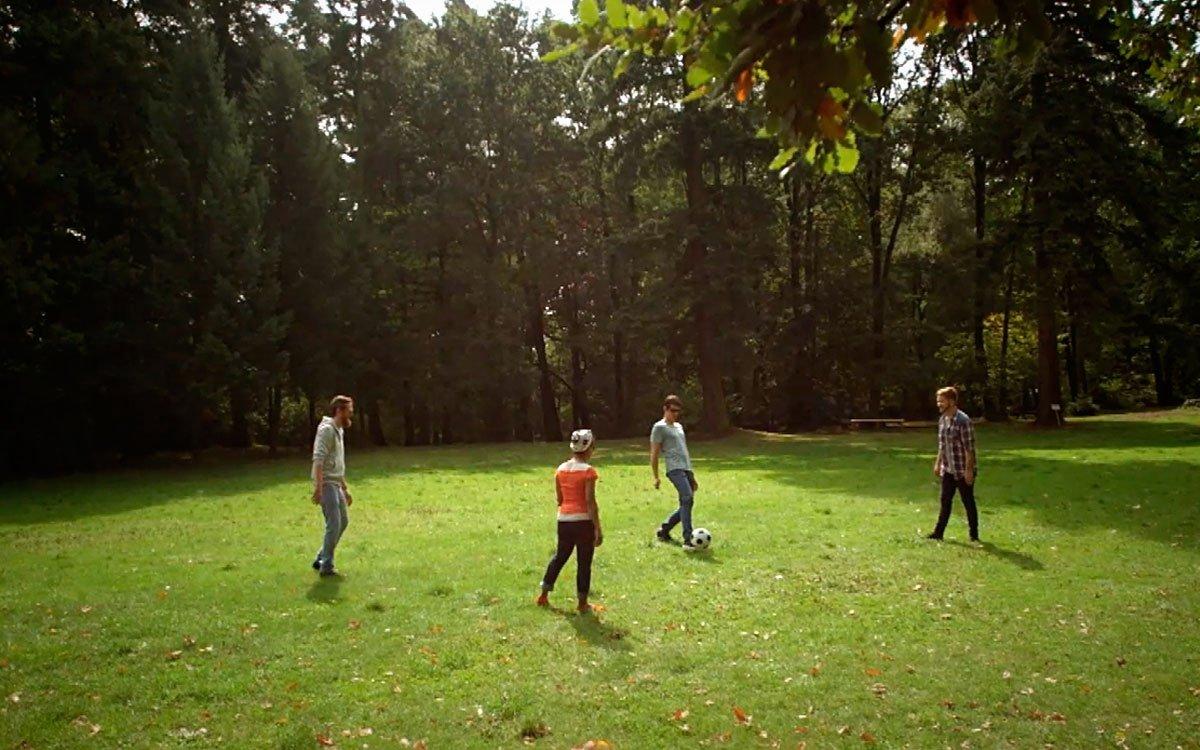 V zámeckém parku v Loučni najdete nejstarší fotbalové hřiště v Čechách, kde trénovali borci místního Zámeckého kopacího družstva. | z acrhivu seriálu Lovci zážitků