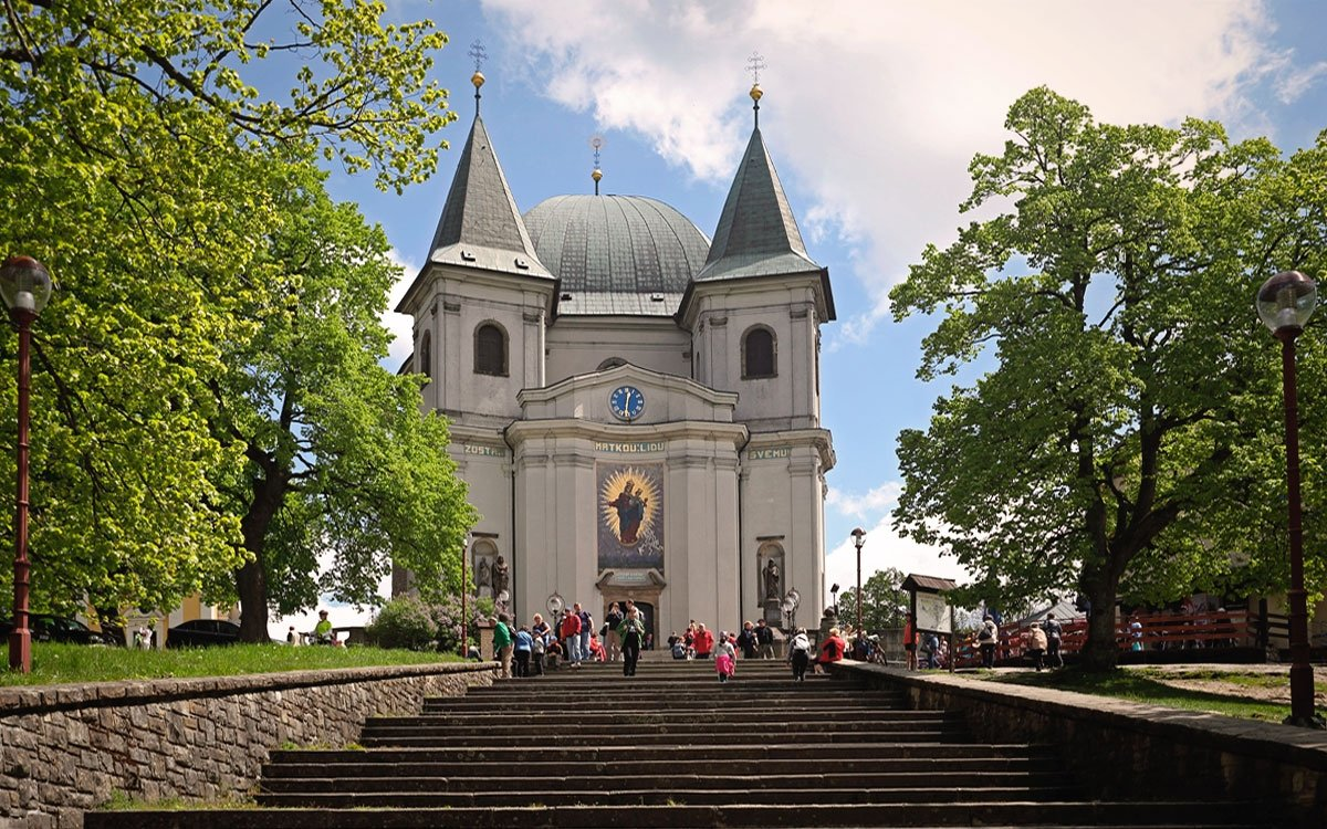 Bazilika Nanebevzetí Panny Marie na vrchu Hostýn je jedním z nejnavštěvovanějších poutních míst u nás a její průčelí zdobí unikátní mozaika složená z 260 tisíc malých sklíček, dovezených z Itálie. | © Dreamstime