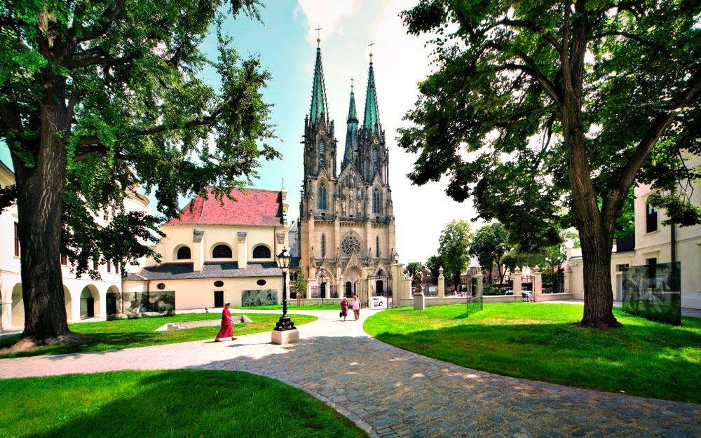 Dominantou hradního návrší je katedrála sv. Václava s nejvyšší kostelní věží na Moravě a druhou nejvyšší v České republice, která nabízí jedinečný výhled na celé město i široké okolí. | © Sdružení České dědictví UNESCO