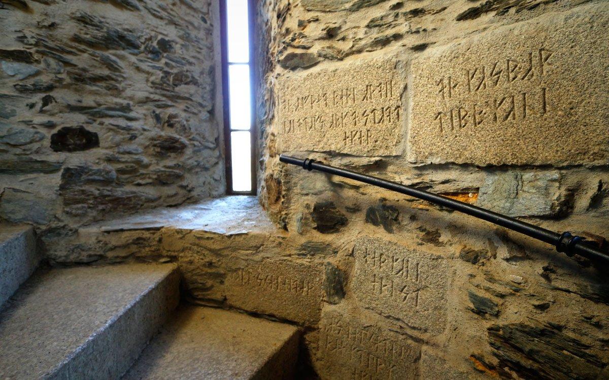 Propojení pangermánských myšlenek s pohanskou mytologií je dodnes patrné na reliéfech v žulových stěnách rozhledny – jsou zde vytesány runové nápisy i šesticípá hvězda symbolizující vesmír. | © sius