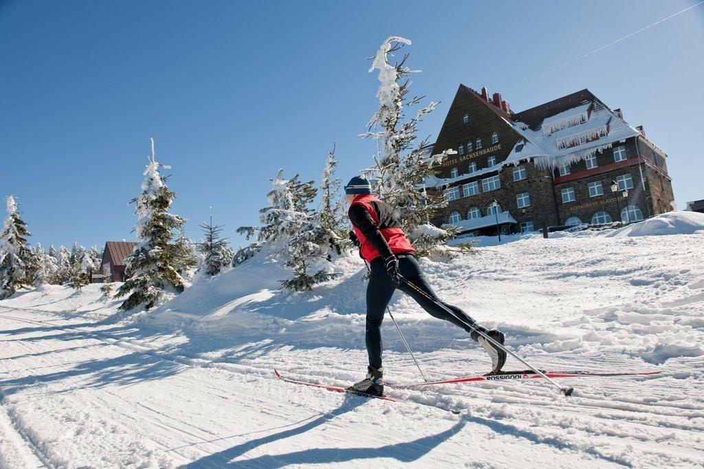 Okolní lesy jsou navíc protkané 120 kilometry upravených běžeckých tratí, které si oblíbila i řada českých reprezentantů v běhu na lyžích a biatlonu. Pokud vyrážíte na běžky s dětmi, vydejte se s nimi z Božího Daru po okruhu Ježíškova cesta. I delší 12 kilometrový okruh dětem díky řadě zajímavých úkolů rychle uběhne.