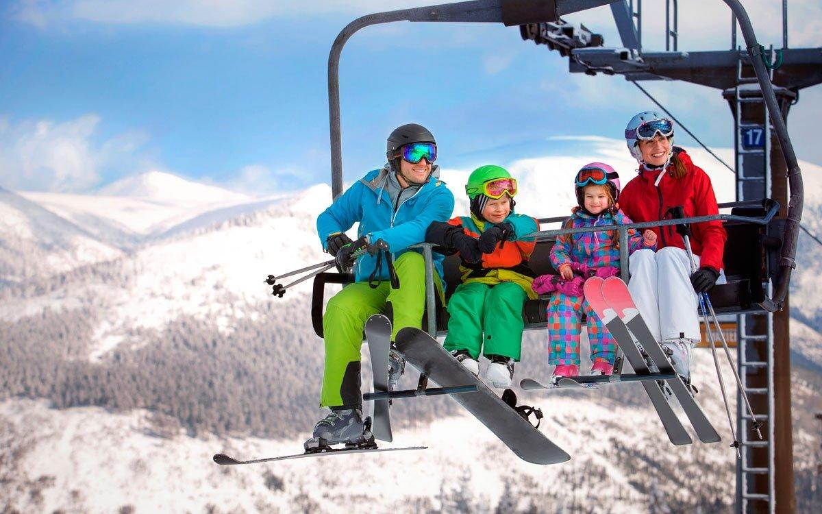Krkonošská lyžařská střediska si s těmi alpskými nijak nezadají po stránce sportovní i společenské. Mnozí znalci na příklad o Špindlerově Mlýně tvrdí, že je nejlepším místem pro oslavu Nového roku. Není proto divu, že na tyto termíny bývá ubytování ve městě měsíce dopředu beznadějně vyprodáno. Kromě oslav ale Špindlerův Mlýn samozřejmě nabízí i pořádnou porci sportovního vyžití v jednom z nejlépe vybavených skiareálů vČesku. | © David Marvan, archiv CzechTourism