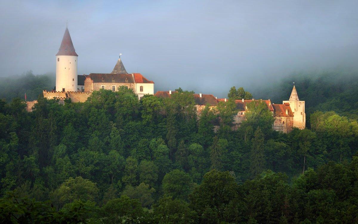 Křivoklátské lesy jsou kolébkou české myslivosti. Již v roce 1713 vytvořil Jan Josef z Valdštejna na císařskou žádost v severní části křivoklátského panství z lesních revírů tradičně bohatých na zvěř rozlehlou oplocenou oboru, určenou pro hony nejvyšších aristokratických kruhů. Blízkost proslulé obory byla ostatně také jedním z hlavních důvodů, proč byl v roce 1921 zvolen jako přechodné prezidentské sídlo lánský zámeček, umístěný v těsné blízkosti od obce Lány. | © Ladislav Renner, z archivu CzechTourism