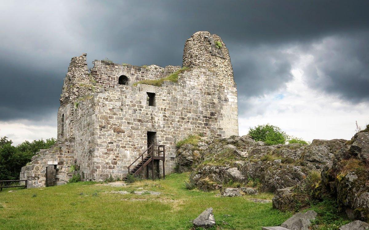 Přimda stojí na severní části nejvýraznějším vrchu Českého lesa, což z něj dělá nejvýše postavený královský hrad u nás. | © Dreamstime