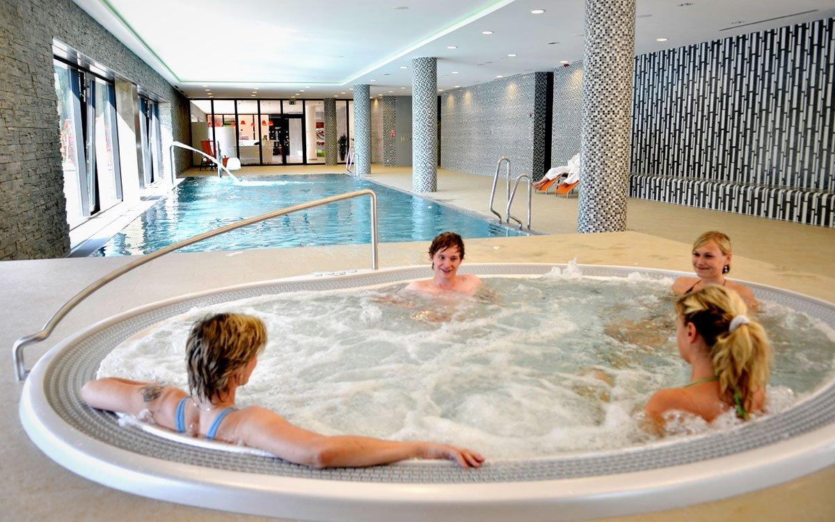 Pokud si budete chtít od sněhových radovánek na chvíli odpočinout, není nic snazšího než využít bohaté nabídky wellness služeb některého ze zdejších hotelů.   z archivu AHS