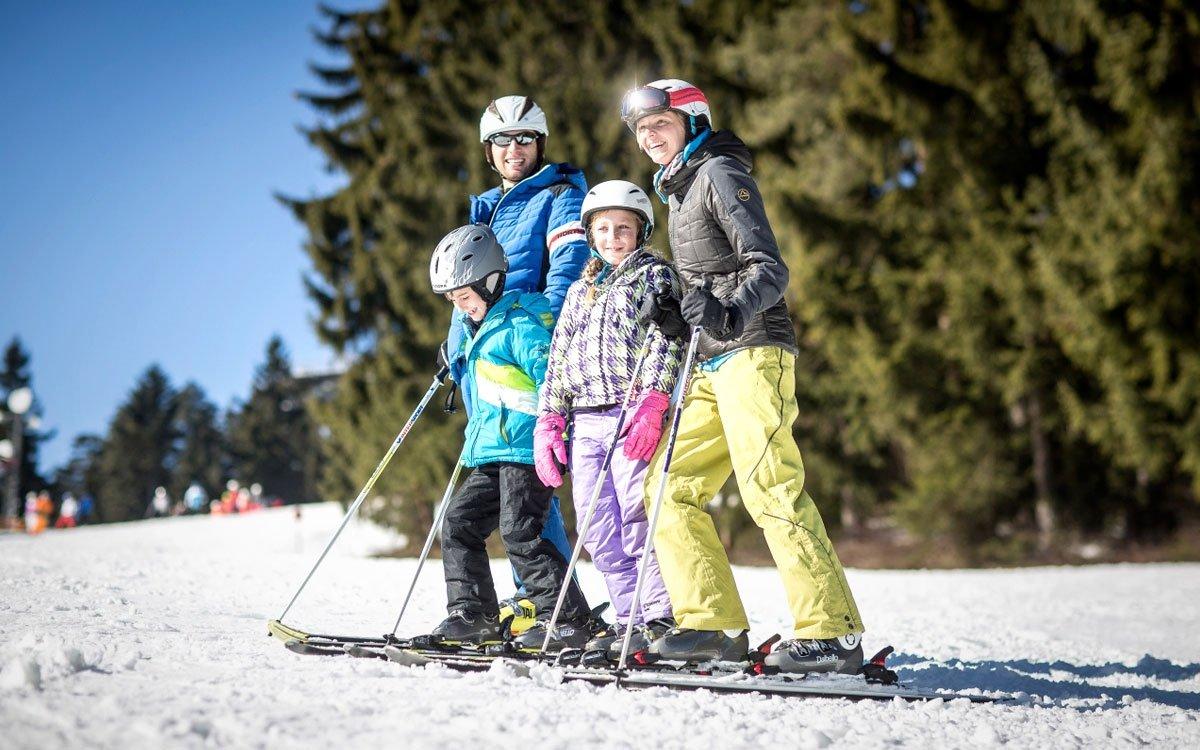 V létě je lipenská přehrada rájem vodních sportů, v zimě lyžařů. Jeden z nejmodernějších skiareálů v Česku má návštěvníkům opravdu co nabídnout, na své si tu ale přijdou také milovníci běžeckého lyžování. Strojově se upravuje čtyřicet kilometrů běžeckých stop, které vedou nádhernou šumavskou krajinou a nově navazují také na Šumavskou magistrálu. | z archivu skiareálu Lipno