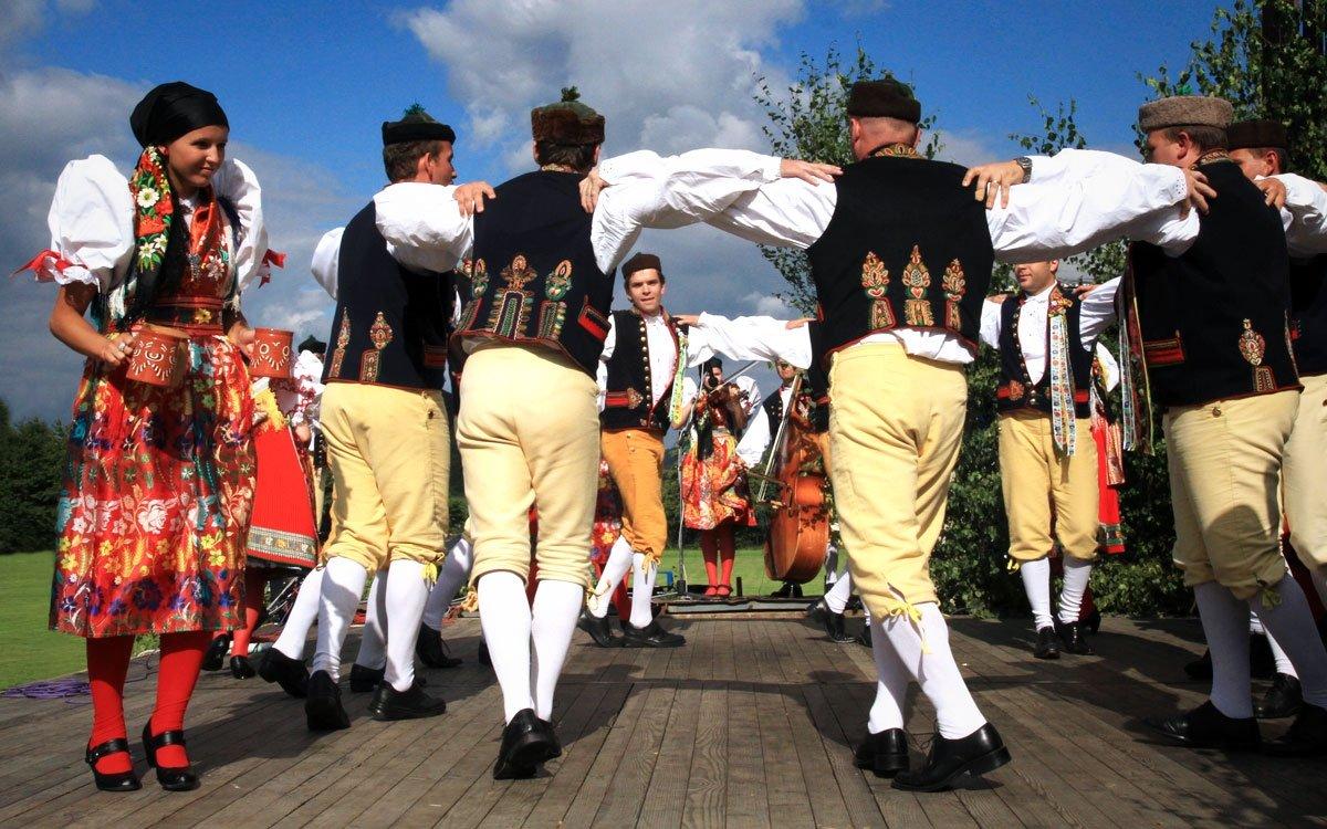 Tradiční Chodské slavnosti jsou plné hudby, tance, dobrého jídla a pití. Kdo neochutnal tradiční chodský koláč, jako by v Domažlicích ani nebyl. | © Jiří Koptík