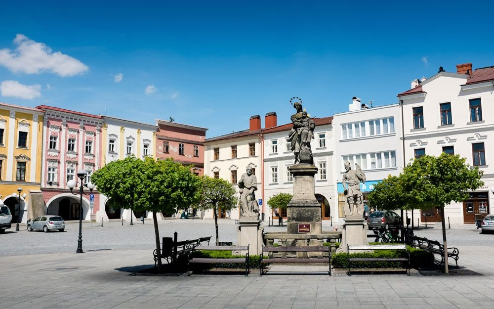 Mariánské sousoší pochází z roku 1713. Na náměstí začíná naučná stezka, která vás během osmi zastavení seznámí se zajímavými místy ve městě. | © Yan Plíhal, AnFas