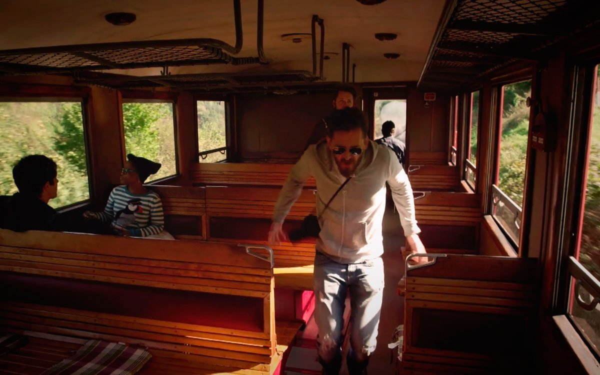 Na trase jezdí turistické vláčky z 50. let (tzv. Hurvínek) a kromě jedinečného retro zážitku můžete jízdu využít i k přepravě vašeho jízdního kola. | archiv seriálu Lovci zážitků
