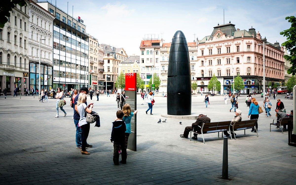Nejen zvony katedrály sv. Petra a Pavla oznamují, že je 11 hodin. Také originální brněnský orloj ohlásí tento čas vypuštěním skleněné kuličky. Orloj má mnoho přezdívek a pro mnohé je velkou záhadou, jak z něj správně přečíst, kolik je hodin. Jisté je jen to, že od roku 2010 tvoří dominantu náměstí Svobody a stal se neodmyslitelnou součástí města. | © Yan Plíhal, AnFas