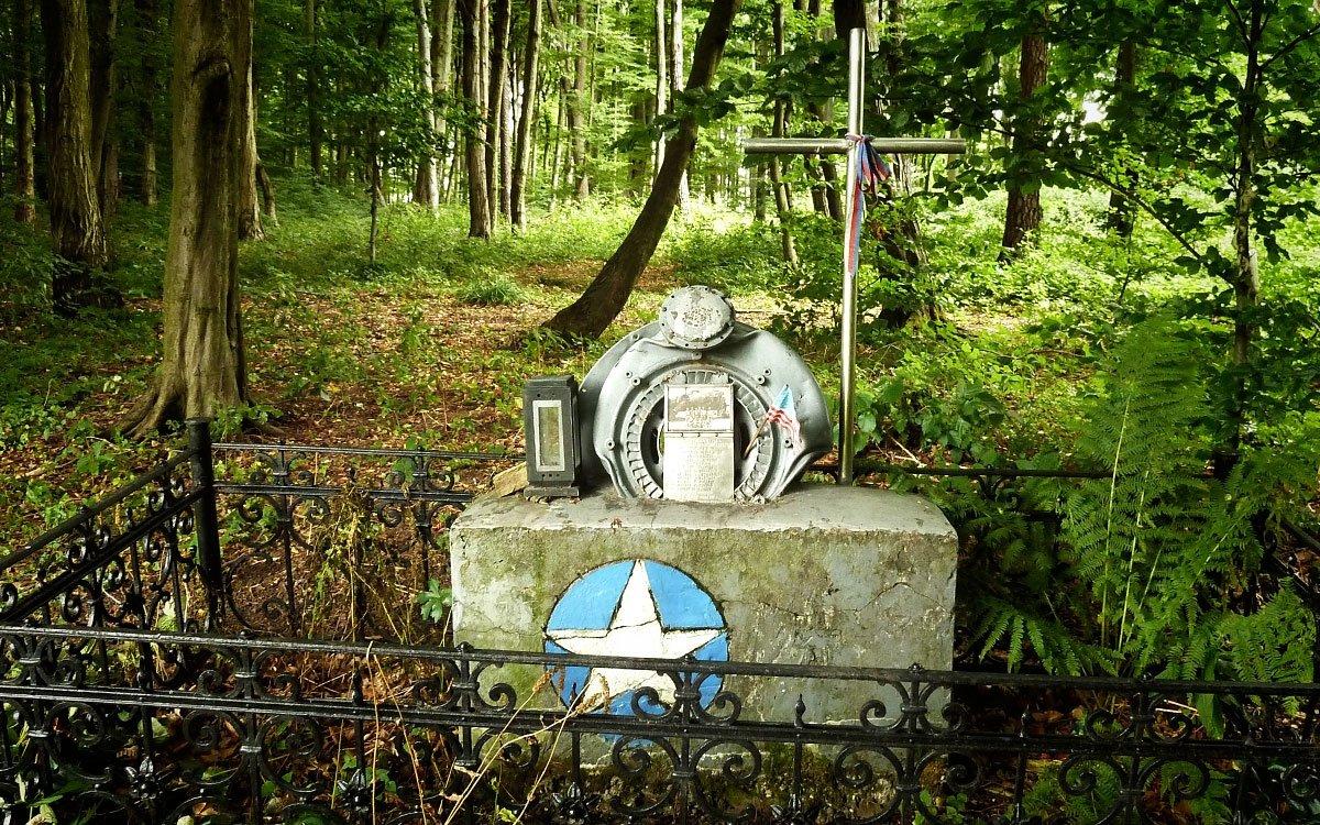Dne 29. srpna 1944 se nad pohořím Bílých Karpat odehrála jedna z největších leteckých bitev nad střední Evropou a v okolí Slavičína se terčem německých bitevníků stalo deset amerických letadel. Zde konkrétně pomníček u Šanova. | © Jitka Slavíčková