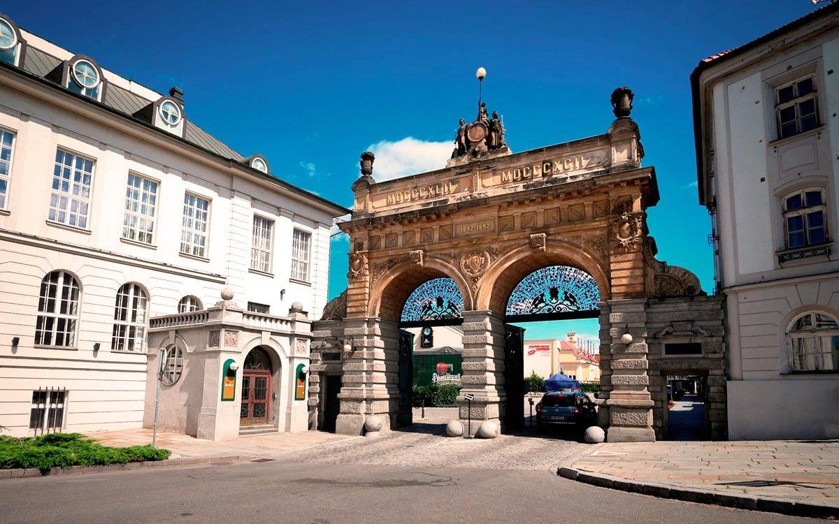 Pivo dostala Plzeň do vínku již při svém založení. Když totiž v roce 1295 král Václav II. město zakládal, udělil všem měšťanům bez ohledu na jejich povolání právo várečné, které jim umožňovalo vařit a prodávat pivo přímo v jejich domech. Ne vždy ale byla chuť plzeňského piva tak vyhlášená jako dnes. | © sius