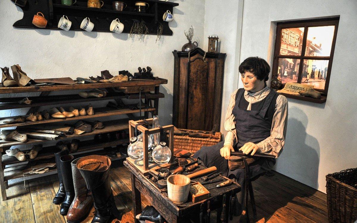 Ševcovský cech byl ve Skutči založen již v roce 1534 a výnos Jindřicha Šťastného z Valdštejna, tehdejšího majitele panství, místním obuvníkům a koželuhům zaručoval, že nikdo ve městě ani jeho okolí nesměl šít boty ani činit kůže, aniž by byl příslušníkem jejich cechu. | © René Volfík