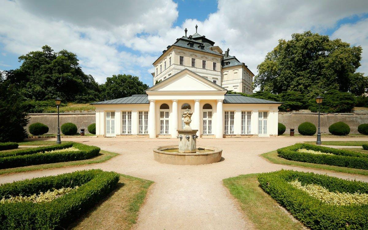 A pokud budete za tiché procházky míjet pozoruhodné tvary Santiniho díla, skrývající stejně pozoruhodné interiéry, jistě pochopíte, proč je Karlova Koruna jedním z nejoblíbenějších zámků, kde se pořádají svatby. | © sius