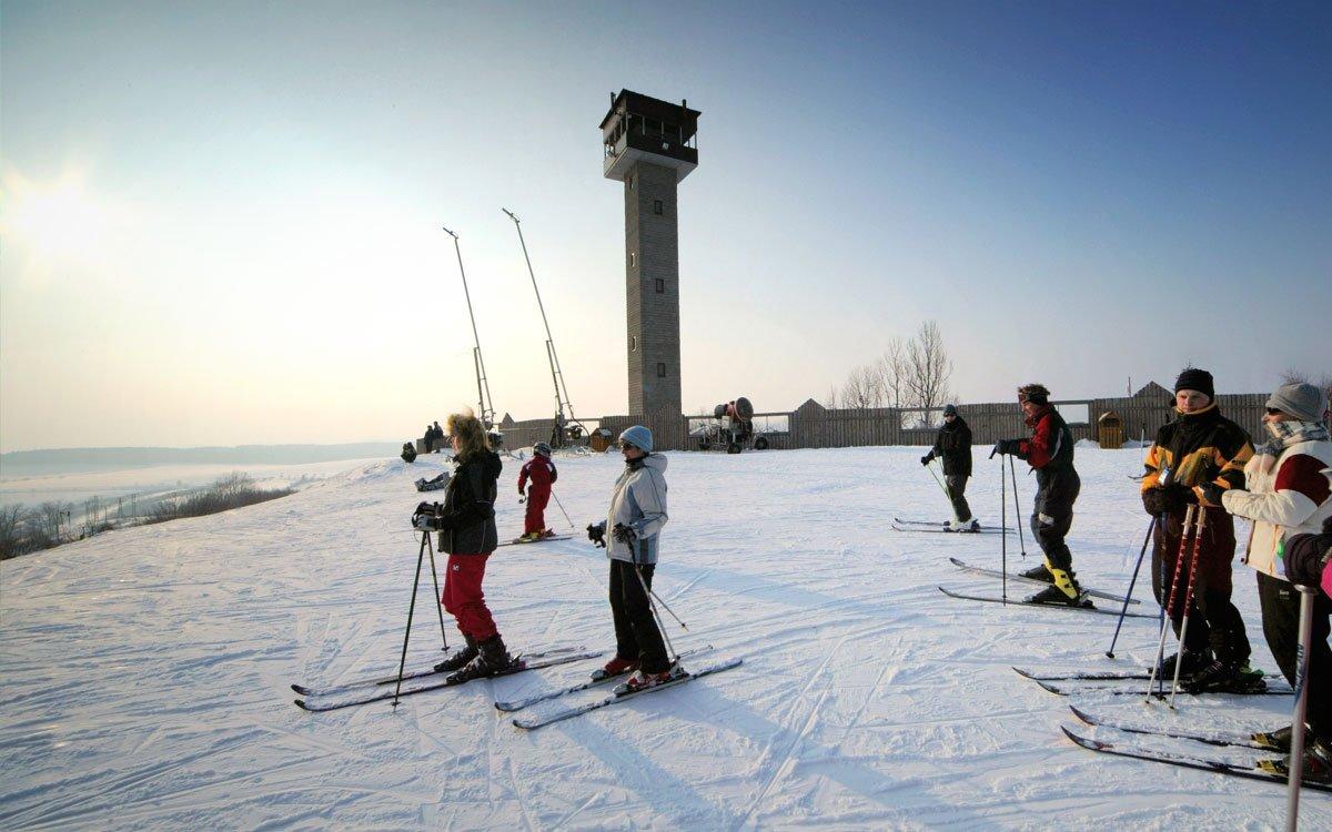 Širokou, mírnou sjezdovku ve skiareálu Karasín ocení zejména rodiny s dětmi či lyžaři, kteří nemají potřebu lámat sportovní rekordy. Pokud si chcete dát do těla, vyzkoušejte raději okolní běžkařské trasy, které nabízejí nepřeberné množství cest, kde se zapotit.   z archivu kraje Vysočina