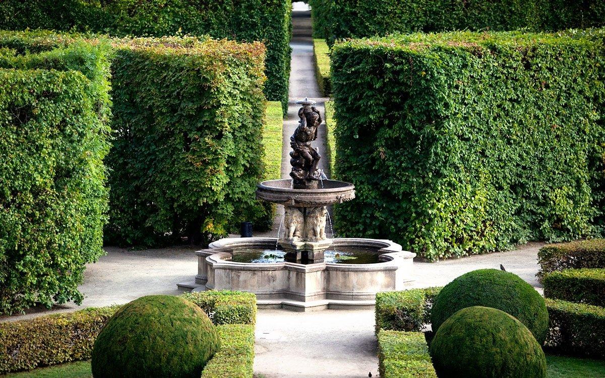 Zrod Květné zahrady je dokladem pravdivosti rčení, že vše zlé je i pro něco dobré. Biskup Karel II. z Lichtenštejna-Kastelkornu ji totiž nechal zbudovat roku 1665 vrámci snahy o opětovné zvelebení města těžce postiženého třicetiletou válkou. | © Eva Kořínková