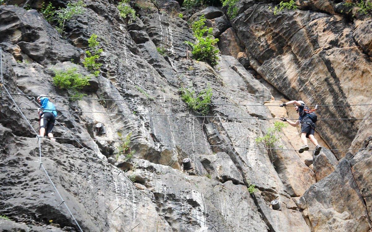 Zpestřením cesty nahoru je provazová lávka, malé lezce můžete k výstupu motivovat také návštěvou děčínské ZOO, která se nachází právě na vrcholu Pastýřské stěny. | © Kelímek