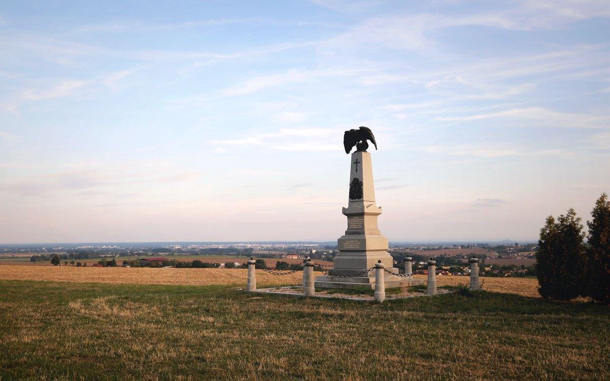Osudy konkrétních bojových jednotek připomínají naučné stezky i 1 400 památníků, pomníků a náhrobků. Přestože přinášejí stovky příběhů o osudném červencovém dni roku 1866, některé okolnosti zůstávají stále nevyjasněné – jako například to, proč rakouská armáda nevyužila propracovaný obranný systém Hradce Králové, který je na dohled od bojiště. | © sius