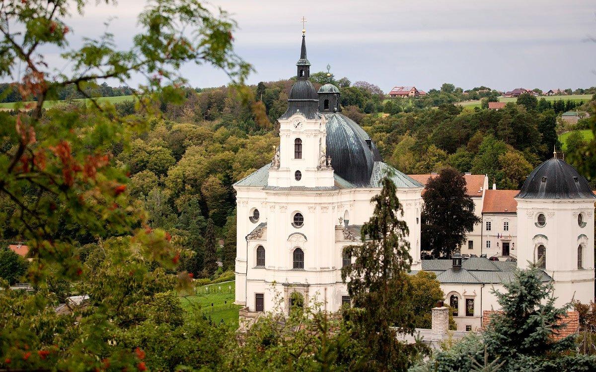 Křtiny, ukryté na horním okraji krasového Josefovského údolí, asi 15 km severovýchodně od Brna, jsou nádherným turistickým i poutním cílem a zároveň ideálním výchozím bodem k objevování Moravského krasu. | © Eva Kořínková