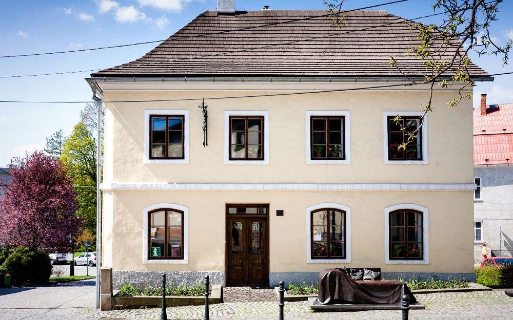 Zde se 6. května roku 1856 do rodiny židovského obchodníka s látkami narodil Sigmund Freud. Již v roce 1859 se ale musela rodina kvůli hospodářské krizi, která vedla k bankrotu otcova obchodu, odstěhovat do Vídně, kde pak Freud prožil téměř celý život. | © Yan Plíhal, AnFas