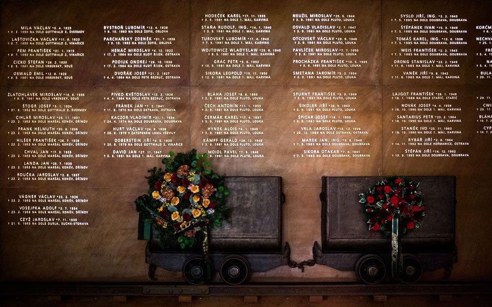 V přízemí expozice najdete památník záchranářů, kteří zahynuli při výkonu svého povolání. Pamětní desku se jmény 101 člena báňské záchranné služby navrhl výtvarník Kurt Gebauer. | © Yan Plíhal, AnFas