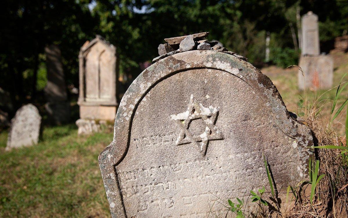 Poslední šlechtickou majitelkou byla Terezie Seilern-Aspang, rozená Lažanská. V roce 1938 se Rabštejn stal součástí Sudet a musela odejít část místní české menšiny. Spolu s ní městečko opustily i poslední dvě židovské rodiny a zakončily tak téměř 300 let dlouhou historii rabštejnské židovské komunity. S koncem války naopak muselo odejít německé obyvatelstvo a Rabštejn již nebyl plně dosídlen. Malebnost Rabštejna však předurčila jeho postupnou přeměnu v rekreační sídlo. | © Eva Kořínková