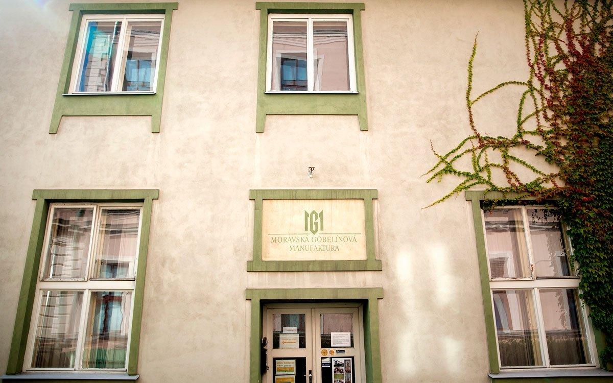 Rudolf Schlattauer byl duší výtvarník a produkce dílny stála především na zpracování jeho motivů. Pohyboval se v uměleckém světě a mezi jeho nejbližší přátele patřil Hanuš Schweiger, který spolu s dalšími malíři také dílně přispěl řadou námětů. V časech, kdy se tapisérie staly oblíbenou ozdobou interiérů, Schlattauer  spolupracoval i s architekty, například s Dušanem Jurkovičem a Janem Kotěrou. | © Eva Kořínková