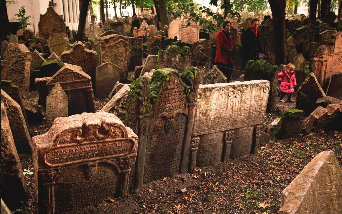Starý židovský hřbitov v Praze je bez nadsázky památkou světového významu. Založen byl v první polovině 15. století a spolu se Staronovou synagogou patří k nejvýznamnějším zachovalým památkám pražského Židovského města. Hřbitov byl v minulosti několikrát rozšiřován. Přesto jeho plocha nestačila a na místo se navážely další a další vrstvy zeminy. Předpokládá se, že na hřbitově se nachází několik pohřebních vrstev nad sebou a malebné shluky náhrobků z různých dob vznikly vyzdvižením starších náhrobních kamenů do horních vrstev. | © Dreamstime