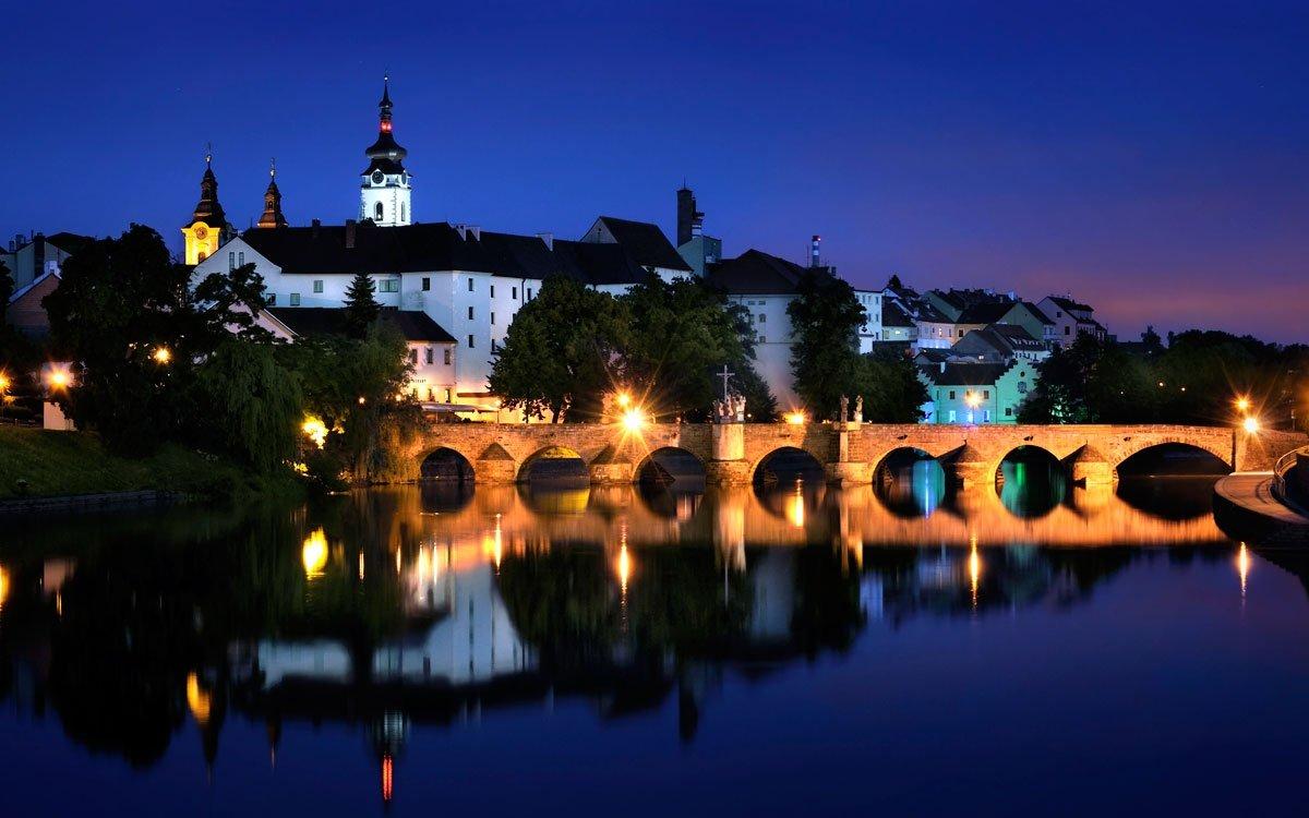 20. srpna 1419 úspěšně zaútočili obyvatelé Písku na dominikánský klášter a následně se jako jedni z prvních připojili k Jednotě táborské. Podobně jako v Táboře, i v Písku byly umístěny kádě, do kterých občané, v oddanosti myšlenkám husitství, odevzdávali své bohatství ve prospěch města. Nejcennější historickou památkou ve městě je kamenný most ze 13. století, nejstarší stojící most v Česku, po kterém v těchto místech procházela Zlatá stezka přes řeku Otavu. | © Ladislav Renner, archiv CzechTourism
