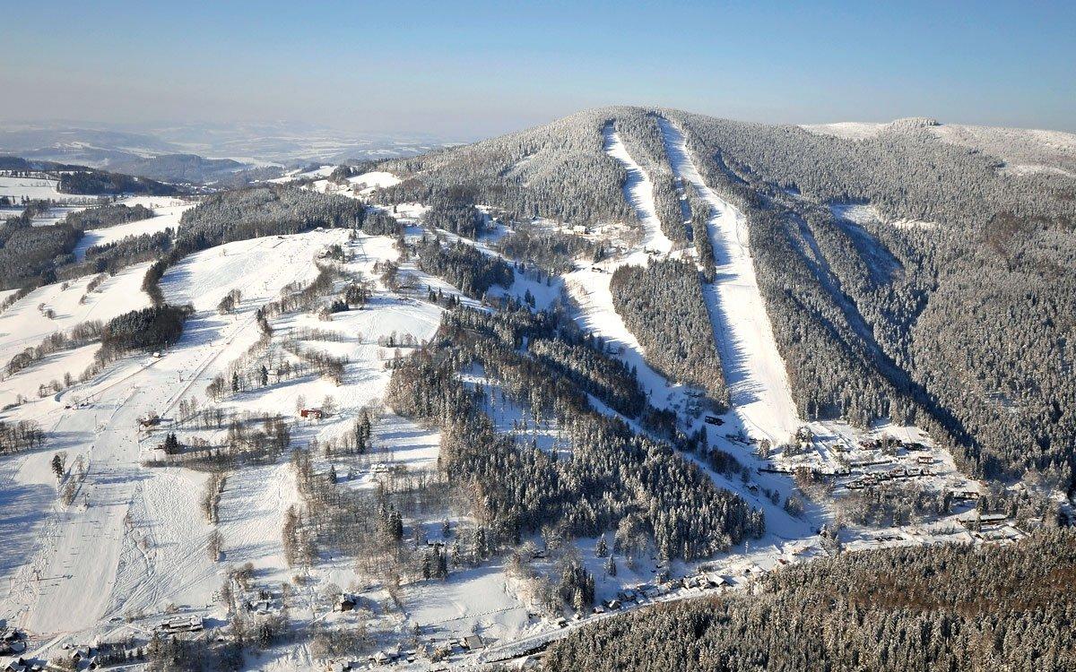Pod rozhlednou, v Herlíkovicích, se rozkládá jeden z největších skiareálů v Krkonoších. Jednou ze zajímavostí areálu je měřený slalom, který v sezóně 2011/2012  slavnostně otvíral Ondřej Bank, a trať projel v čase 14,59 vteřin. Zkusíte s ním porovnat své síly? | © Petr Toman, z archivu AHS