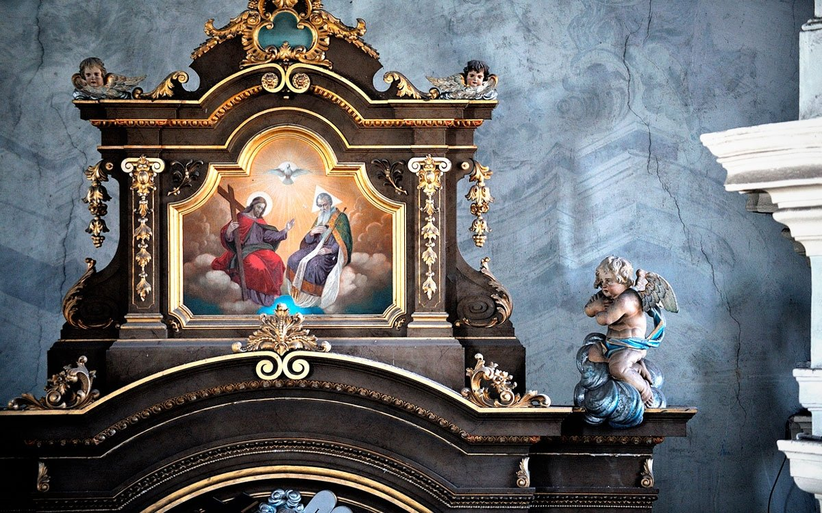 Protože je většina kostelíků z broumovské skupiny orientována směrem k broumovskému klášteru, je kněžiště kostela v Božanově netradičně orientováno směrem k západu místo na východ. Hlavní novobarokní oltář pochází ze začátku 20. století, uprostřed stojí socha sv. Marie Magdalény, patronky kostela. | © Jan Záliš, archiv CzechTourism