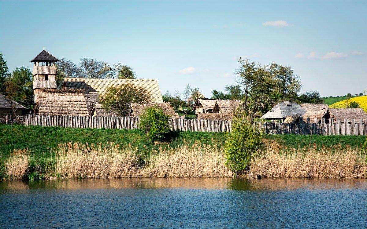 Archeoskanzen Modrá ukazuje podobu velkomoravského sídliště středního Pomoraví a názorně vám osvětlí jednu z nejvýznamnějších etap našich národních dějin. Seznámíte se tu s každodenním životem obyvatel Velké Moravy, jejich všedními činnostmi a různými řemesly, a k vidění je také množství archeologických nálezů, které zde byly vykopány.