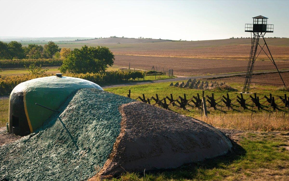Okolím Šatova vede naučná stezka Za historií, vínem a opevněním, ta vás zavede k pěchotnímu srubu Zahrada, který armáda využívala až do roku 1999. | z archivu Muzea opevnění Šatov