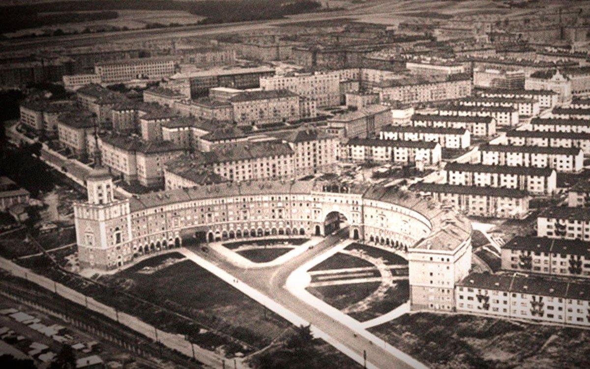 Zámky a paláce si stavěla šlechta i bohatí průmyslníci. Po druhé světové válce ale došlo k zásadní třídní proměně, která obzvlášť na Kladensku a Ostravsku znamenala zásadní posílení pozice dělnické třídy ve společnosti. V 50. letech minulého století začali proto socialističtí inženýři měnit nevelkou obec západně od Ostravy v nejmodernější sídliště tehdejšího Československa a nové centrum Ostravy.