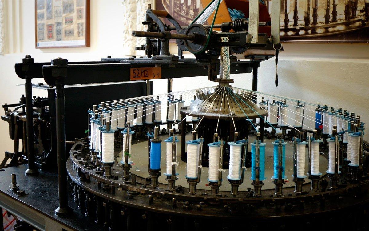 Většinu návštěvníků tak jistě potěší plně funkční stroj na výrobu krajek, ze kterého si po několika zatočení klikou mohou domů odnést pěknou památku. | © sius