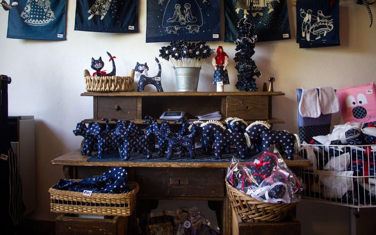 Zajímavým suvenýrem z výletu pak může být sada na domácí výrobu modrotisku – štětcem nebo jednoduchou formou si na připravenou látku vytvoříte vlastní vzor a plátno pak jednoduše pošlete k Danzingerům, kde vám ho zkušený barvíř obarví. Záleží pouze na vaší kreativitě, jakou formou necháte ožít tradici modrotisku ve své domácnosti. | © Jaro Dufek