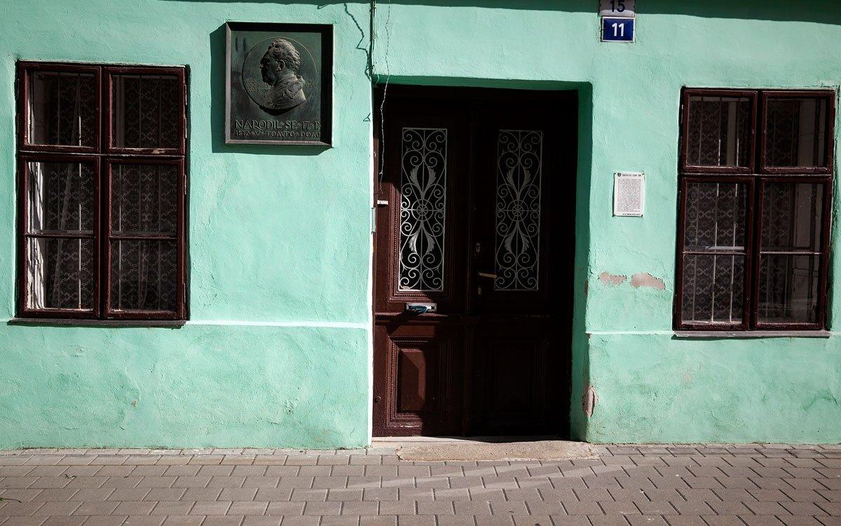 Neméně slavným kroměřížským rodákem se 17.září 1873 stal český malíř a rytec Max Švabinský. Narodil se v Jánské ulici domě číslo 15 jako nemanželský syn Marii Švabinské. Na rodném domě i na domku v areálu kroměřížské Octárny, kam se se brzy odstěhovali jsou umístěny pamětní desky. | © Eva Kořínková