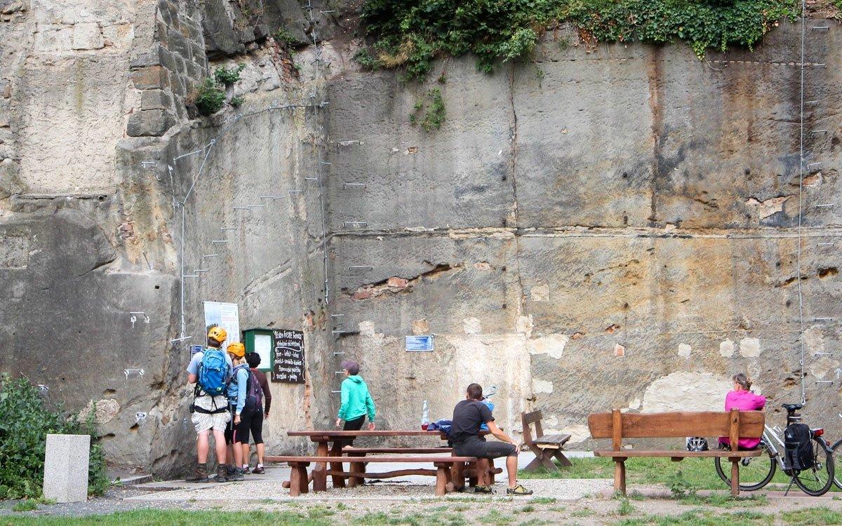 Cesta do Nebíčka začíná na břehu Labe a pro zdolání stěny můžete vybírat z několika tras s délkou okolo 150 metrů. | © Kelímek
