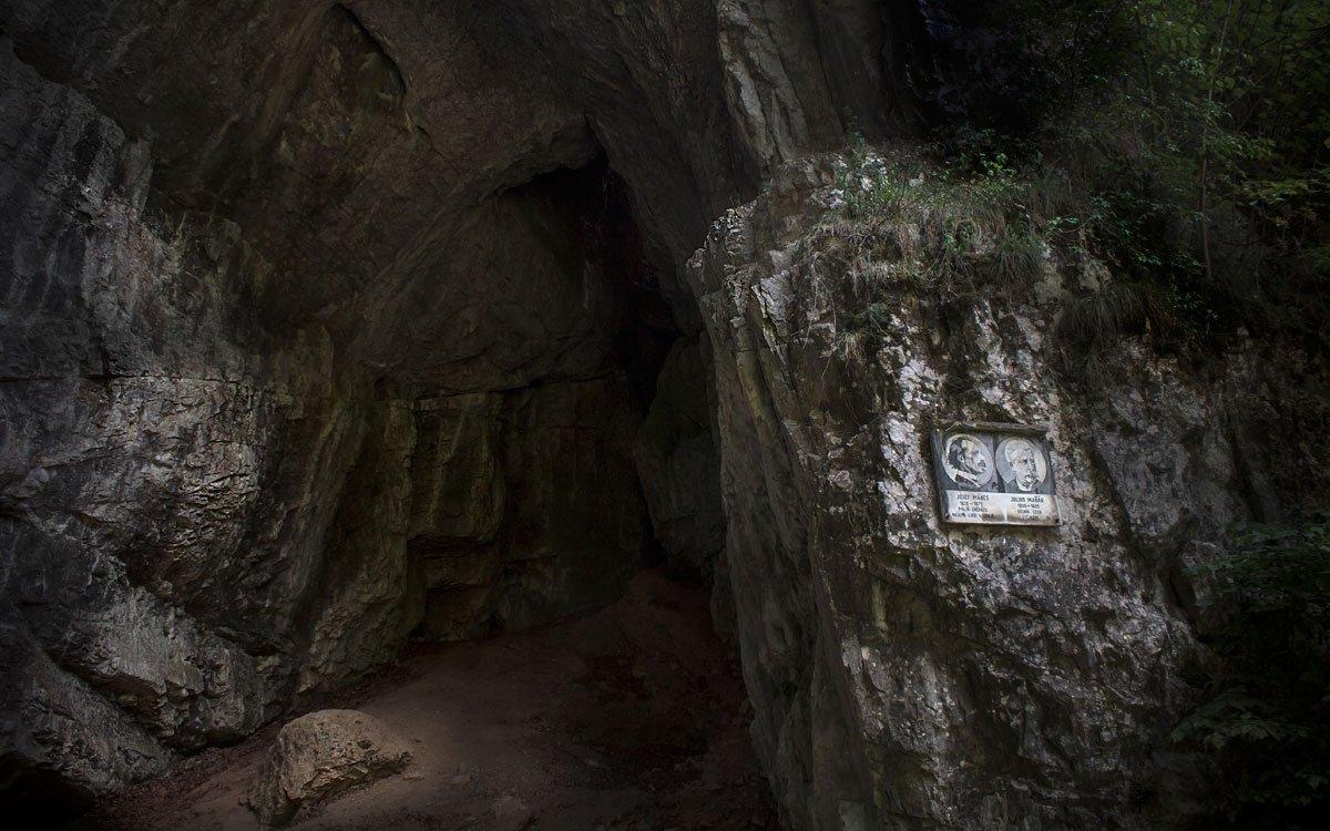 Moravský archeolog Jindřich Wankel považoval jeskyni za obřadní místo, podle nových průzkumů se zde ale pravděpodobně odehrálo brutální loupežné přepadení. Podle senzibilů je utrpení lidí v blízkosti Býčí skály dodnes cítit jako výrazně negativní energie. | © Jaroslav Dufek