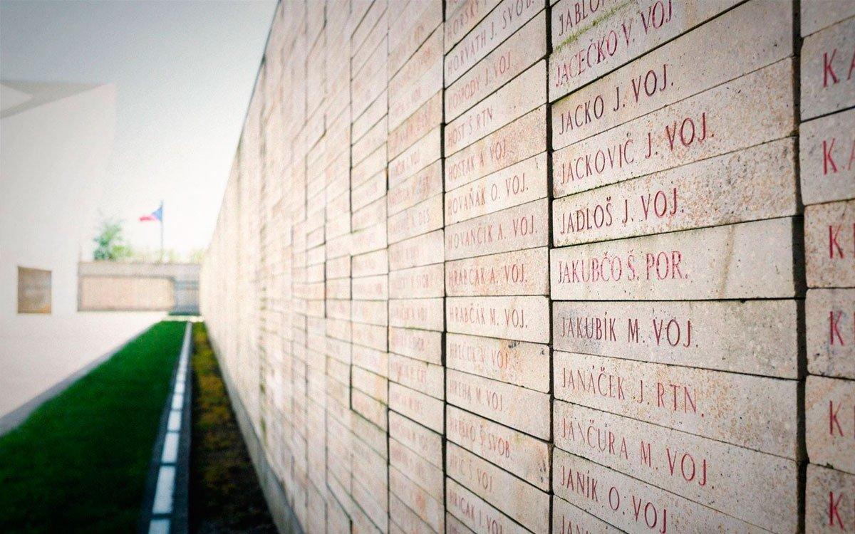 Součástí areálu památníku je symbolický hřbitov s více než 13 000 jmény příslušníků Rudé armády a obyvatel Slezska a severní Moravy, kteří padli na všech frontách deruhé světové války, nebo byli umučeni v koncentračních táborech. | © Yan Plíhal, AnFas