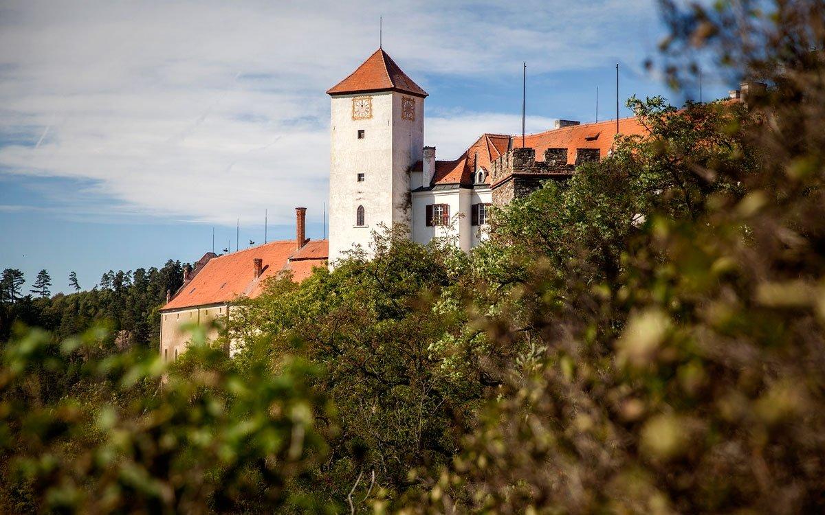 Hrad Bítov byl založen již v 11. století na místě původního velkomoravského hradiště. Byl budován jako první z řetězce hradů, které měly chránit jižní hranici přemyslovského státu. | © Eva Kořínková