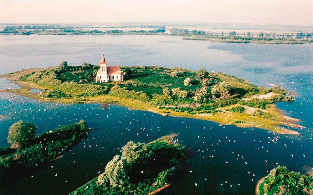 Kostel sv. Linharta, zasvěcený poustevníkovi ze 6. století, unikl osudu zbytku vesnice Mušov jen díky velkému úsilí památkářů. Dodnes stojí na ostrůvku uprostřed nádrže jako němý svědek, nebo spíše výkřik bezmoci. | © BALON.CZ
