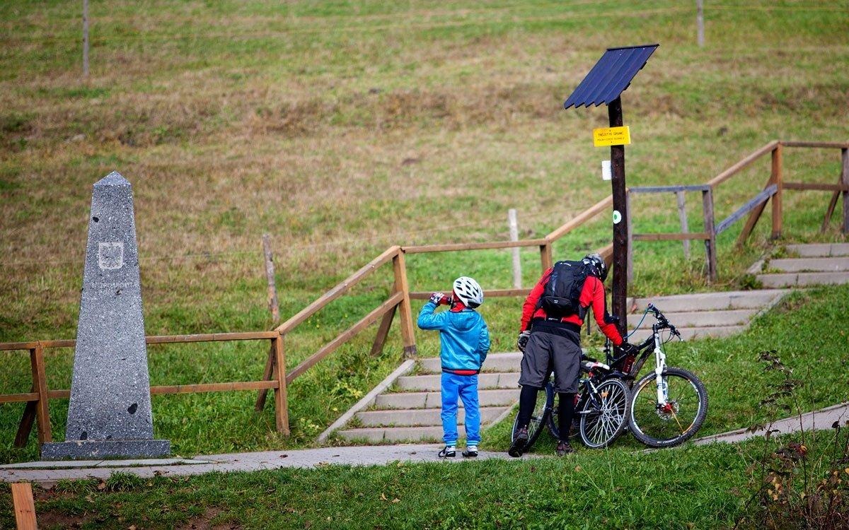 Od roku 1995 je toto místo označeno třemi žulovými monolity. V rámci zpřístupnění trojmezí byly v červenci roku 2007 břehy strže na polsko-slovenské hranici spojeny 18 metrů dlouhým mostem pro pěší a prohlubeň na česko-polské hranici taktéž dřevěným můstkem asi 5 metrů dlouhým. | © Eva Kořínková