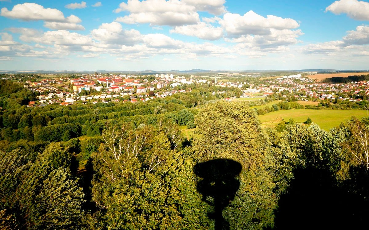 Nedaleko osady Světce vyrostla v roce 2014 pozoruhodná ocelová rozhledna ve tvaru přesýpacích hodin. Po celý rok máte možnost vystoupat po 144 schodech a pokochat se z výšky 25 metrů výhledem na Tachov, Šumavu, Český i Slavkovský les. | © sius