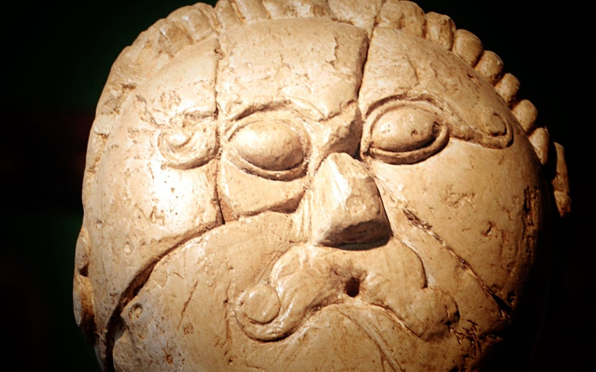 19. května roku 1943 byla u Mšeckých Žehrovic, 20 km severně od Nižboru, nalezena kamenná plastika keltské hlavy. Je datována do 3. století př. n. l. a jedná se o velice výjimečný nález keltského umění v celoevropském měřítku. Kopie hlavy z Mšeckých Žehrovic jsou k vidění v expozici Národního muzea v Praze nebo v expozici Keltové na Rakovnicku v muzeu v Novém Strašecí. | archiv muzea Nové Strašecí