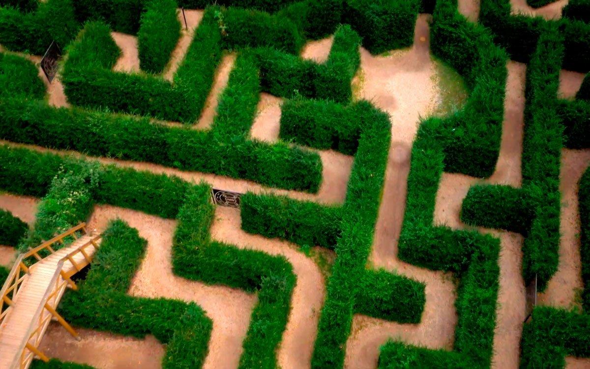 Labyrinty jsou téměř tak staré jako lidstvo samo. Užívali je staří Keltové, už ve starověku je ale znali třeba také obyvatelé daleké Indie nebo národy Jižní Ameriky. Měly především rituální a meditační význam. Podle starých bájí některá bludiště také chránila velké poklady.