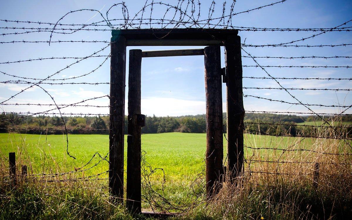 Dlužno dodat, že elektřinou nabité ploty nebyly komunistický výmysl, používaly se už v nacistických koncentračních táborech – věru dobrá inspirace. Socialistickému Československu sloužily do roku 1965, kdy byly tisíce voltů vypnuty a nahradilo je signalizační zařízení. Na nebezpečné neprostupnosti hranice to ale příliš neubralo. | © Eva Kořínková