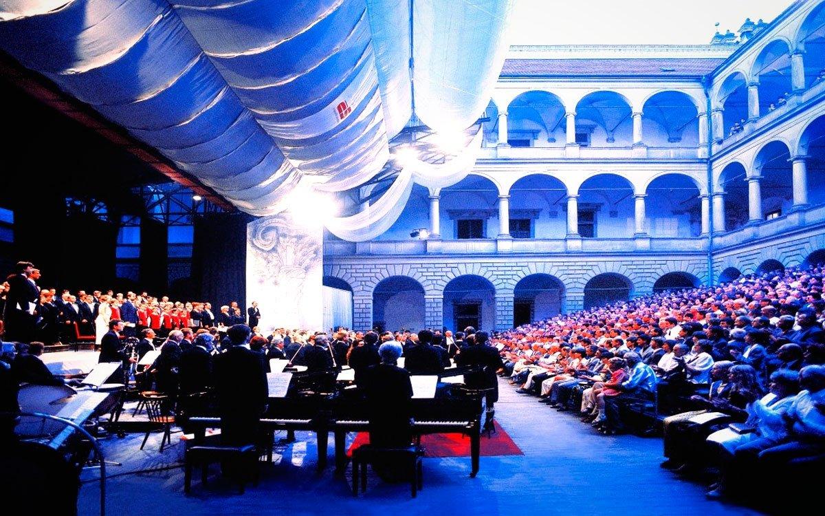 Dnes slavného skladatele Bedřicha Smetanu připomíná mezinárodní operní festival, který nese jeho jméno. Koná se každý rok a v hlavní scénu se vždy promění zámecké nádvoří. | © Pavel Vopálka, archiv CzechTourism